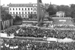 Das Fahnenmonument während einer Friedensdemonstartion 1981 (Quelle: wikipedia.de)